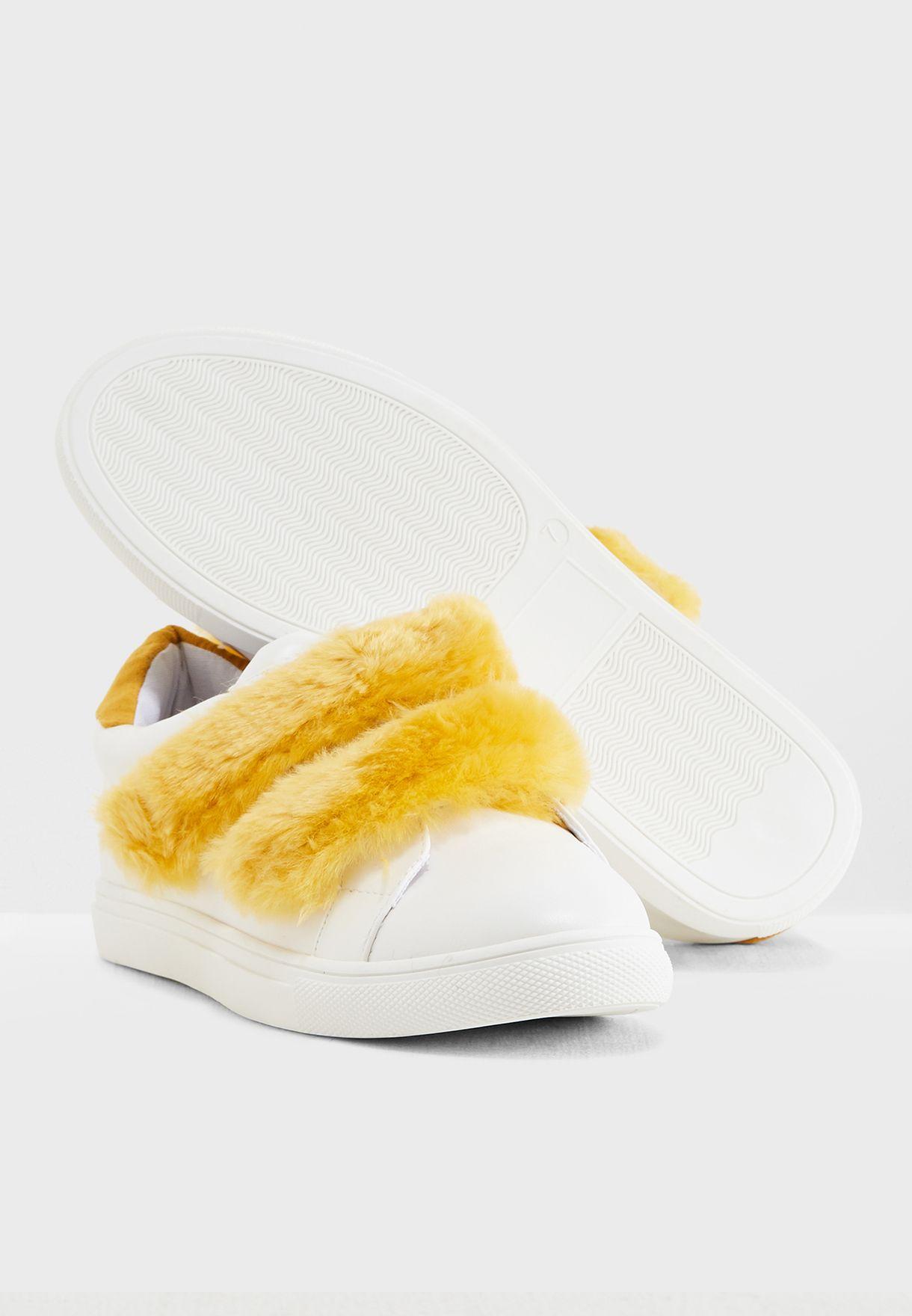 حذاء فلات مزين بفرو