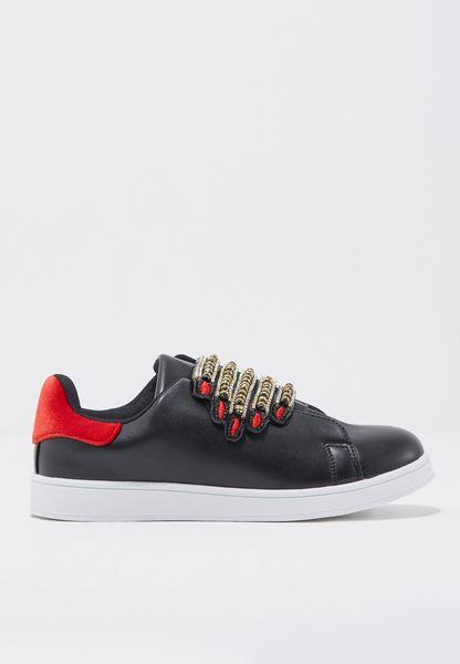 حذاء مزين بالخرز