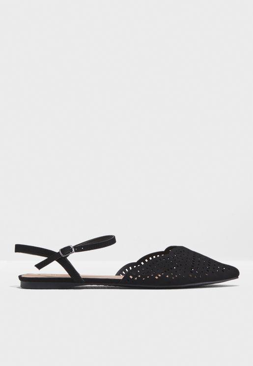 حذاء كاجوال مزين بفتحات  صغيرة