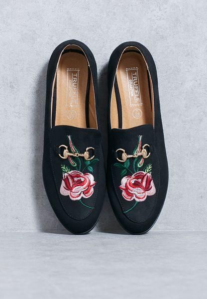 حذاء مطرز بأزهار