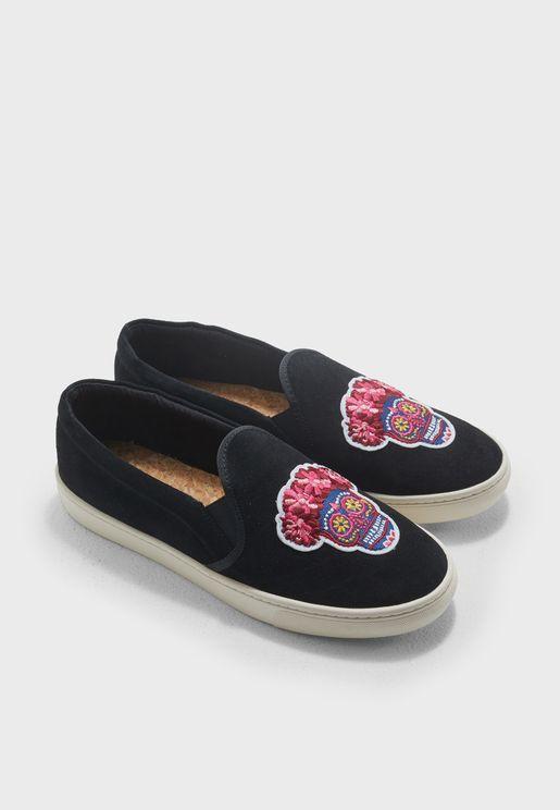 حذاء مطرز سهل الارتداء