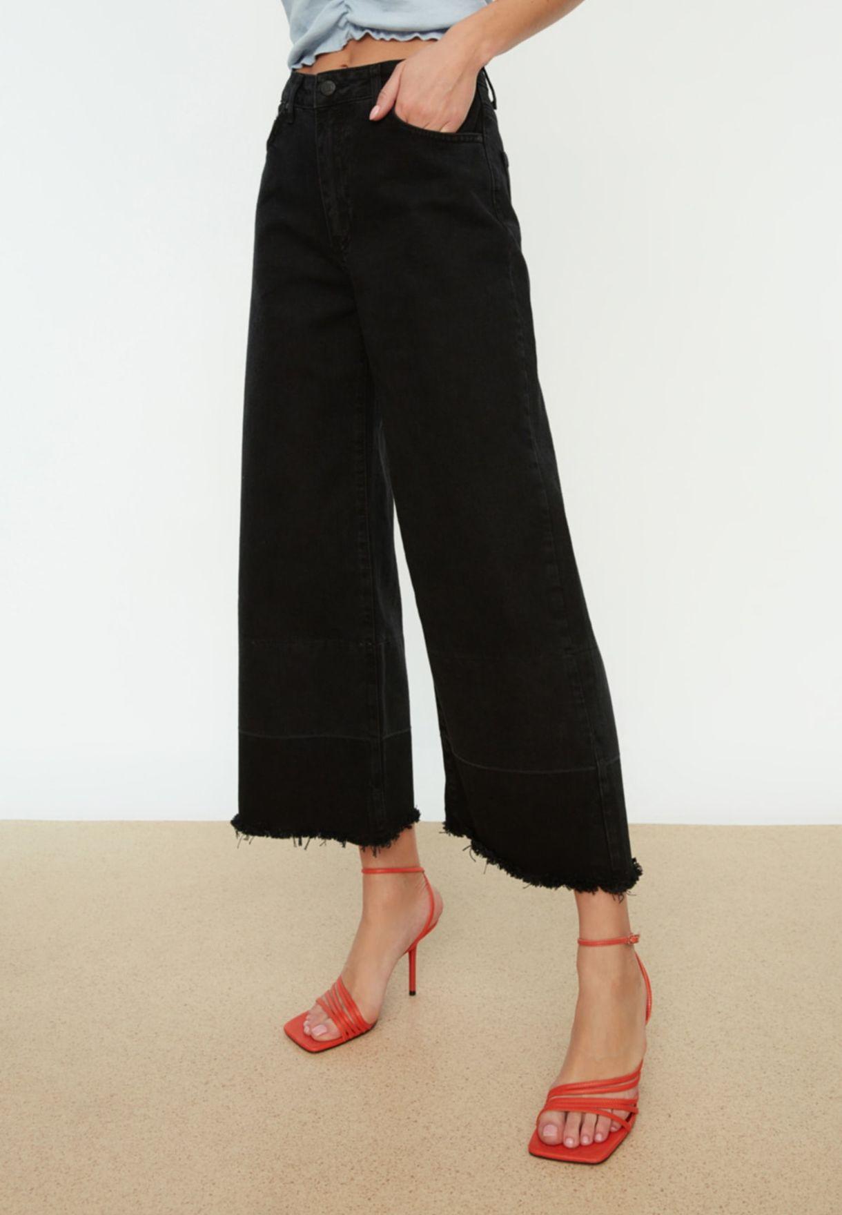 جينز قصير بقصة ارجل واسعة