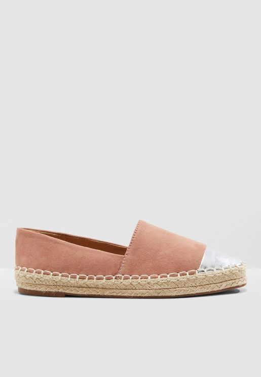 حذاء بنمط كتل الألوان