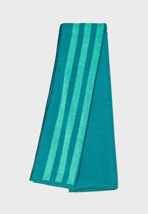 منشفة مزينة بخطوط ماركة اديداس
