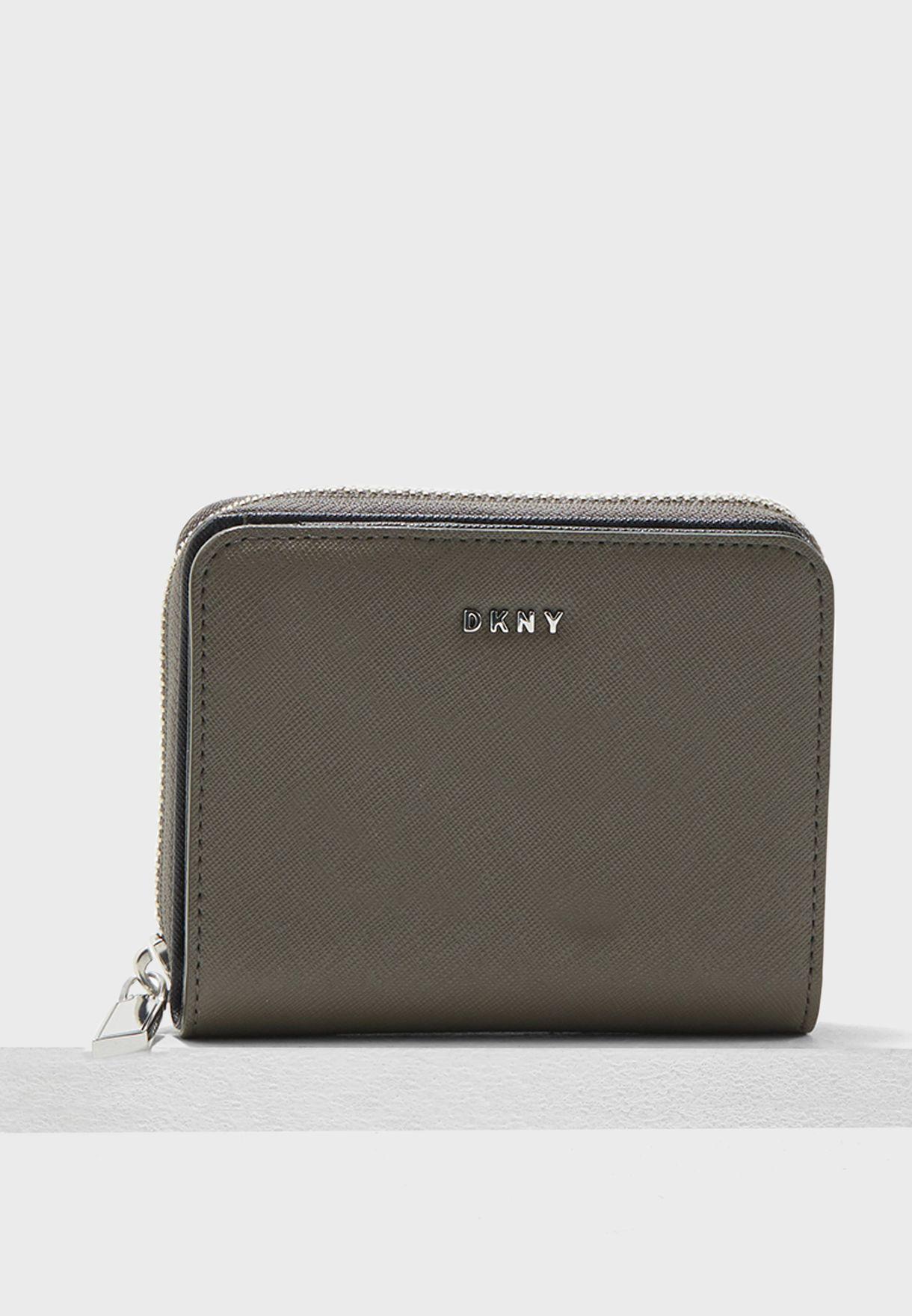 محفظة صغيرة بشعار الماركة