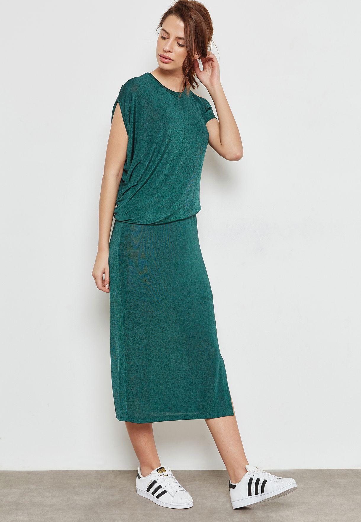 فستان بكتف عاري من جهة واحدة