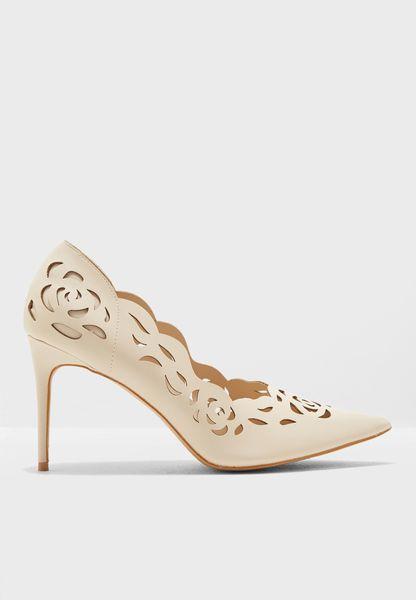 حذاء بفتحات صغيرة