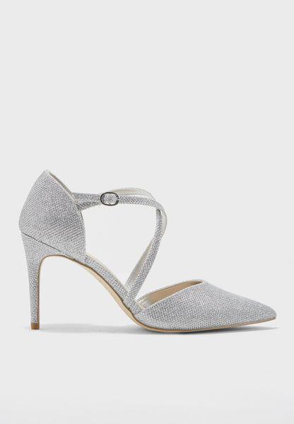حذاء بكعب مستدق وسيور متقاطعة