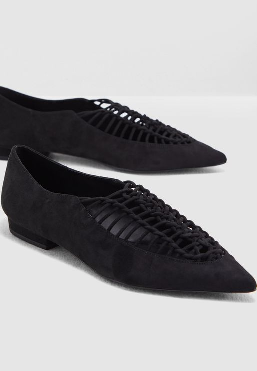 حذاء بأجزاء مفتوحة