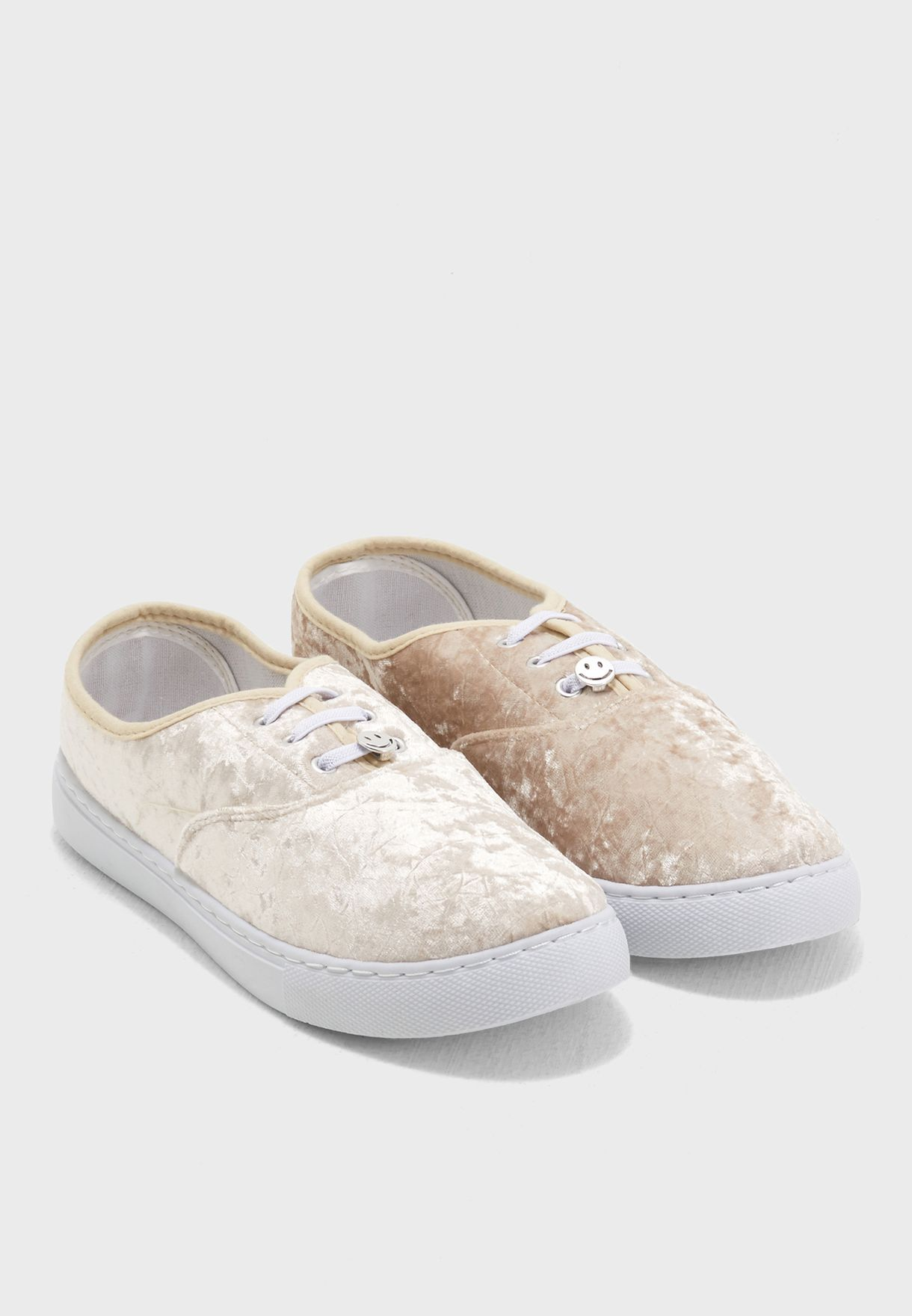 حذاء مخملي بأربطة