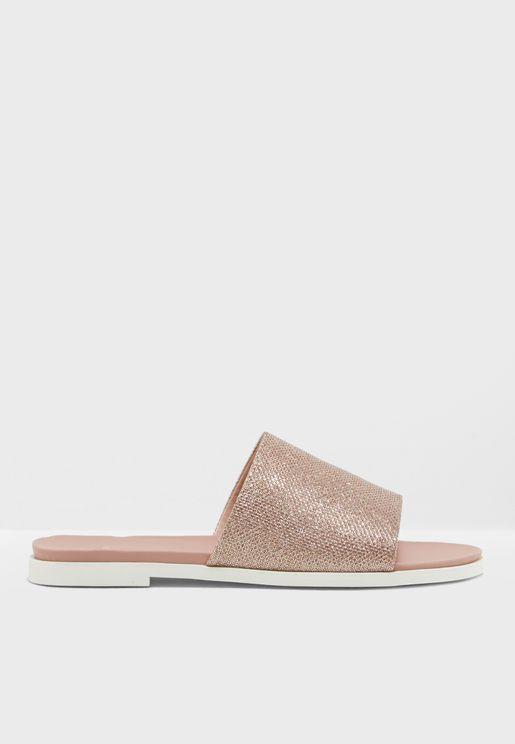 حذاء بتصميم واسع وذرات لامعة
