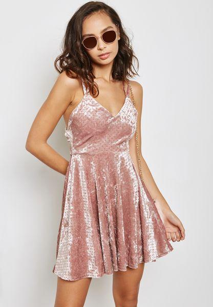 فستان مخملي بحافة واسعة