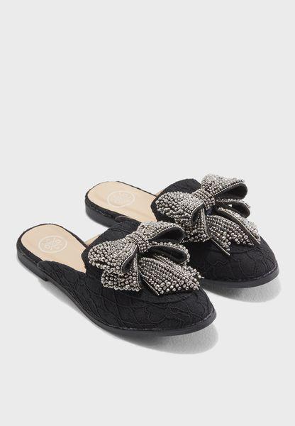 حذاء مزين بفيونكة