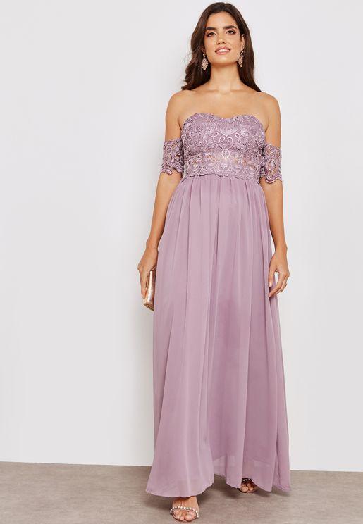 فستان عاري الاكتاف بأجزاء دانتيل
