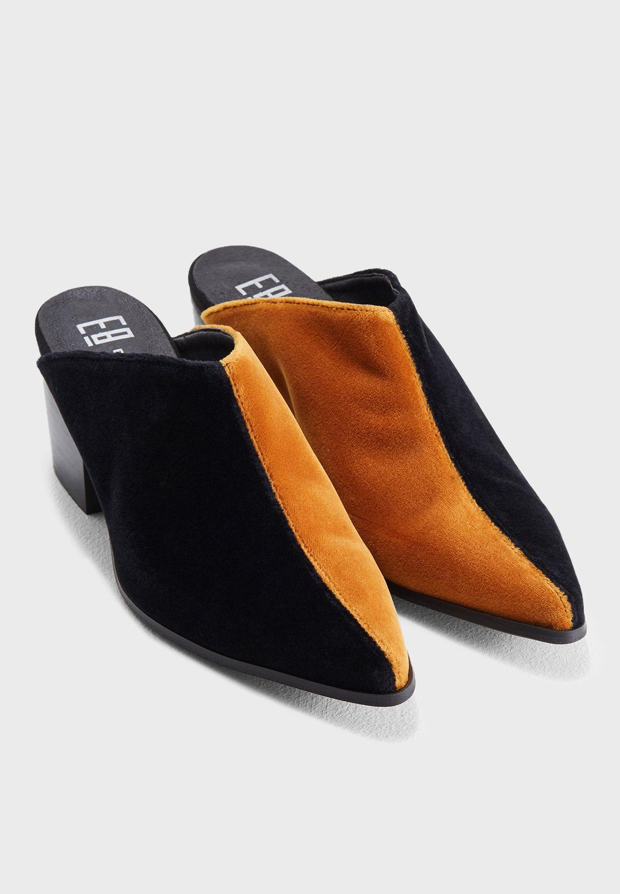 حذاء مخملي
