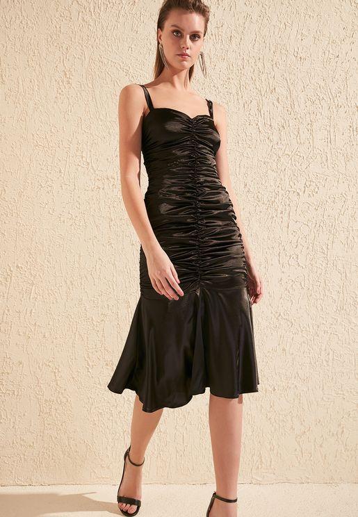فستان مطبع بحمالات وشق امامي