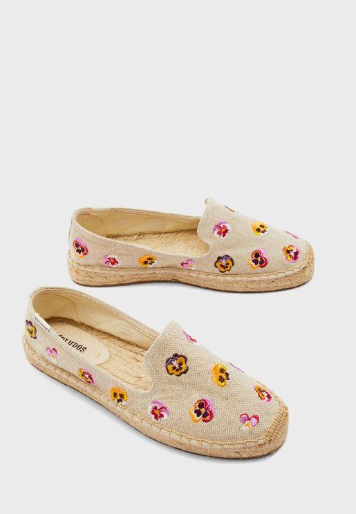 حذاء بتطريز زهور