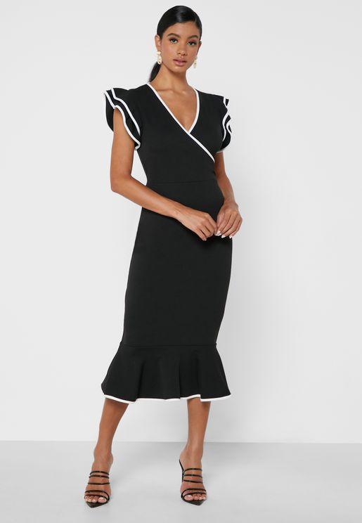 فستان بأطراف مكشكشة وحواف ملونة