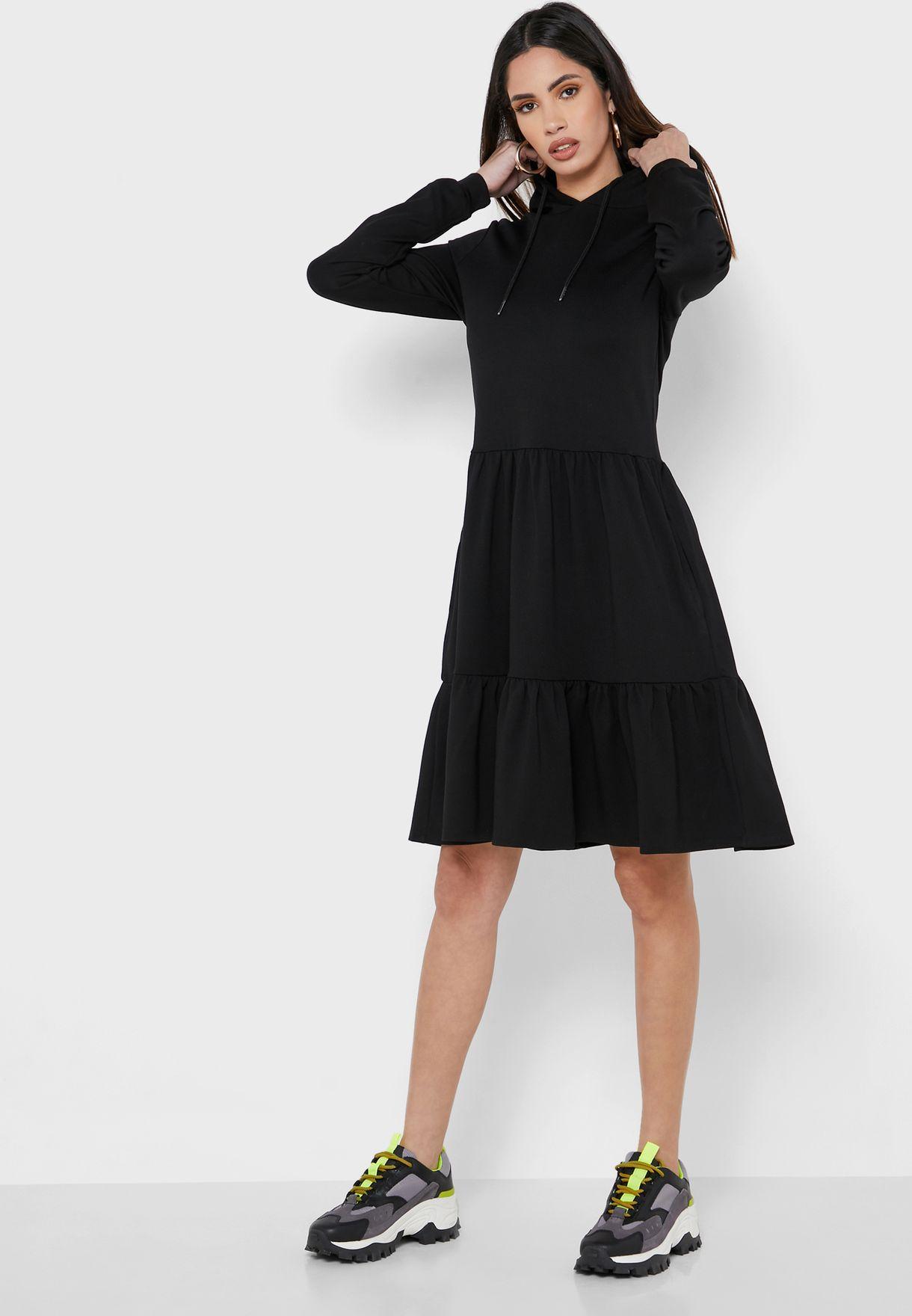 فستان بنمط هودي وحواف كشكش