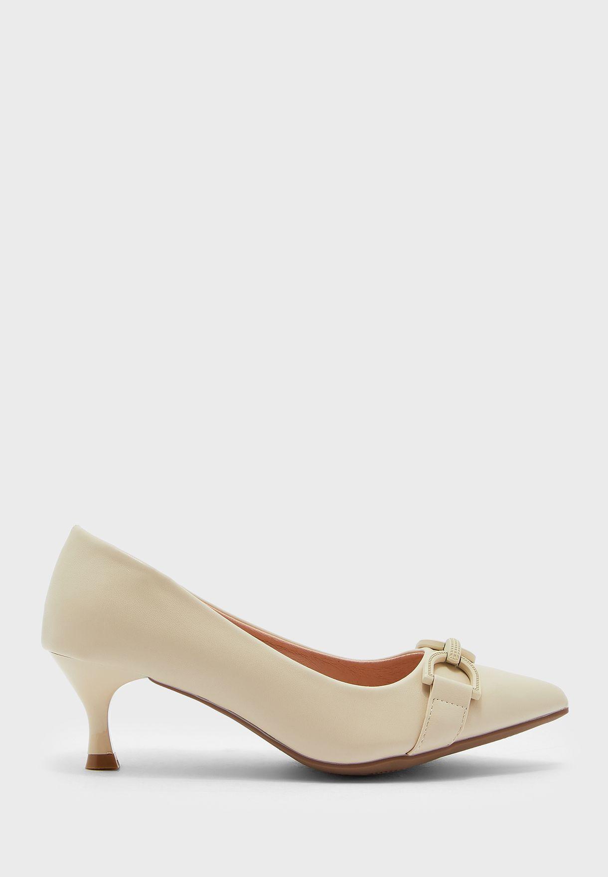 حذاء بكعب مدبب