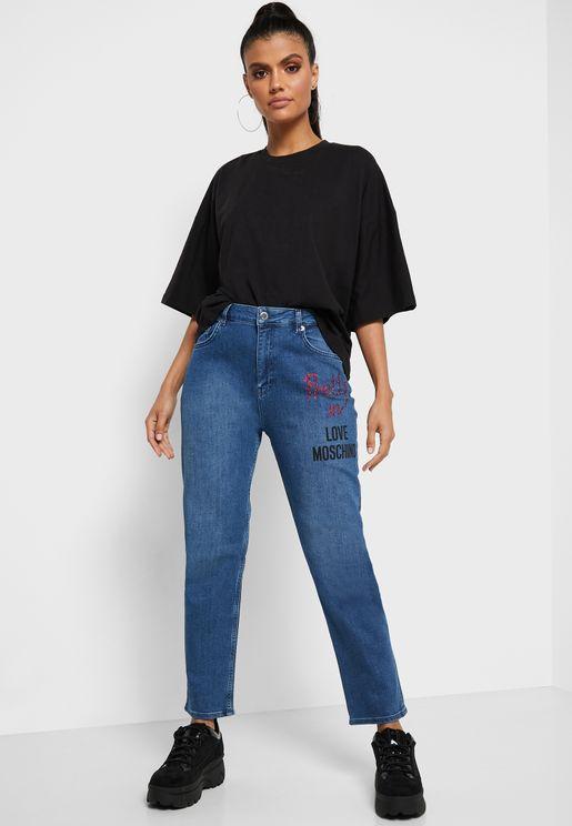 جينز مام بخصر عالي وشعار الماركة