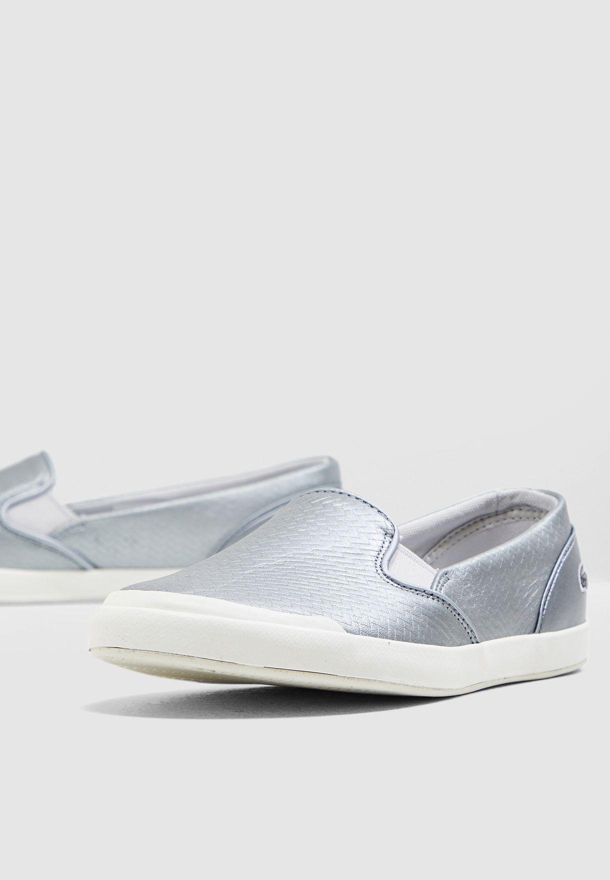 حذاء مزين بنمط محبوك