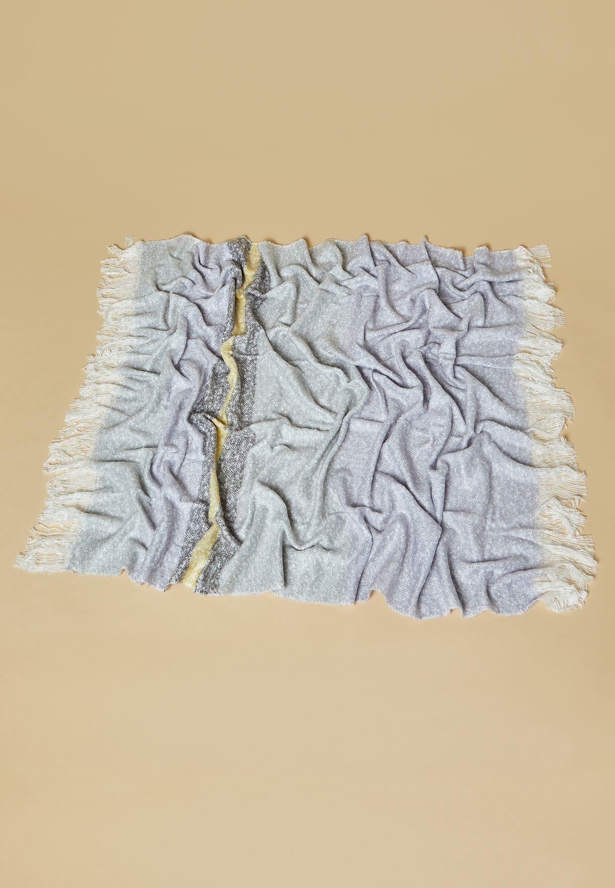 بطانية محبوكة مزينة بشراريب
