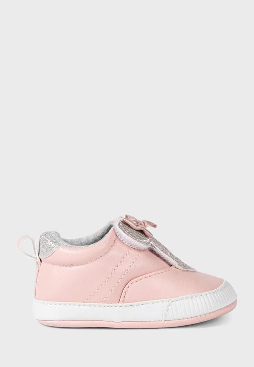 حذاء مزين بميني ماوس