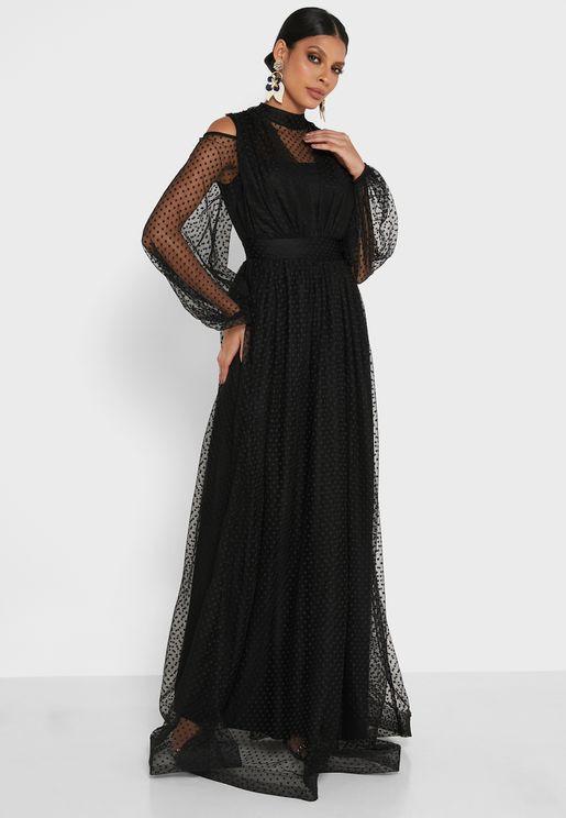 فستان بأكمام شبكية واكتاف مكشوفة