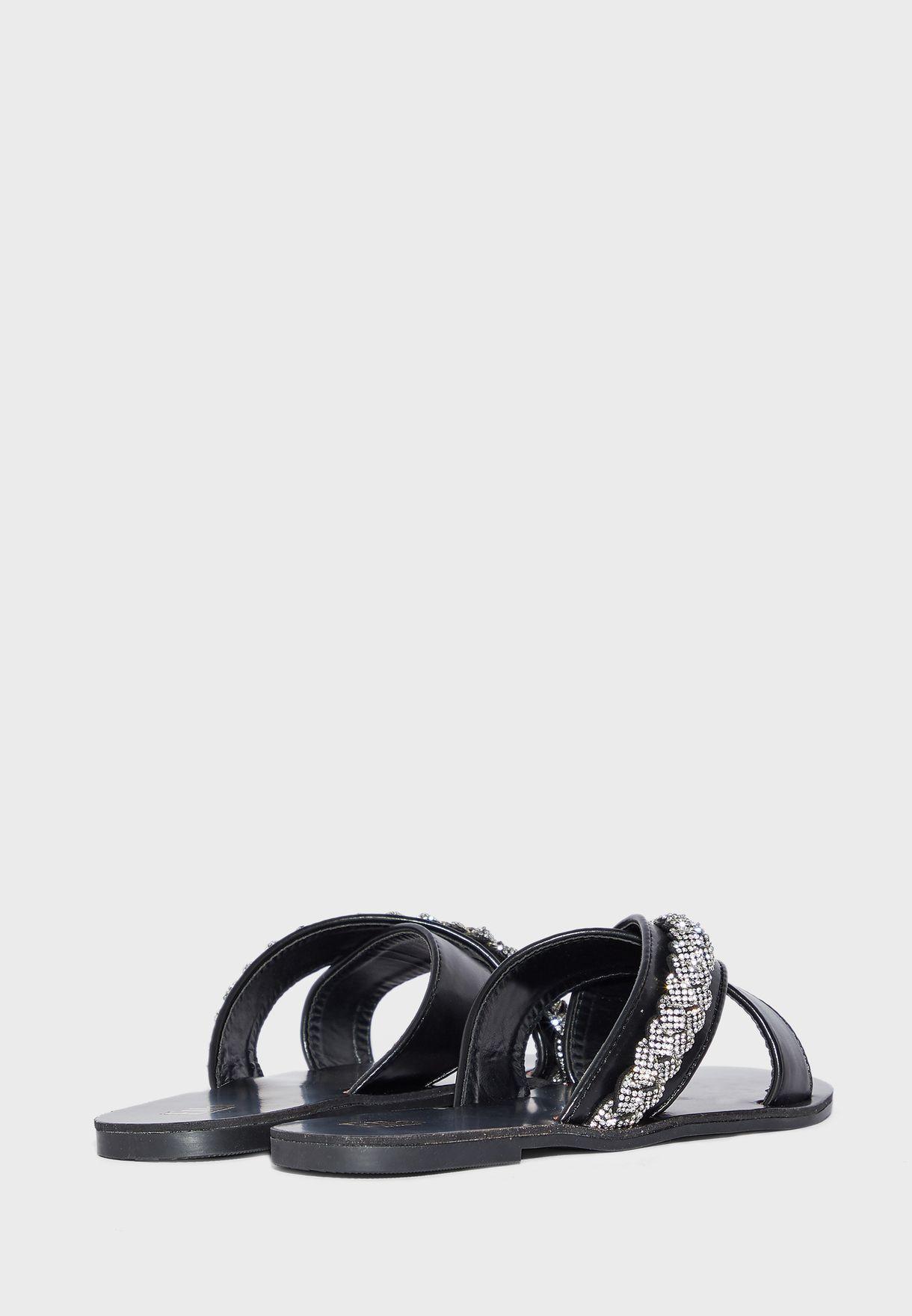 حذاء مزين باحجار الراين