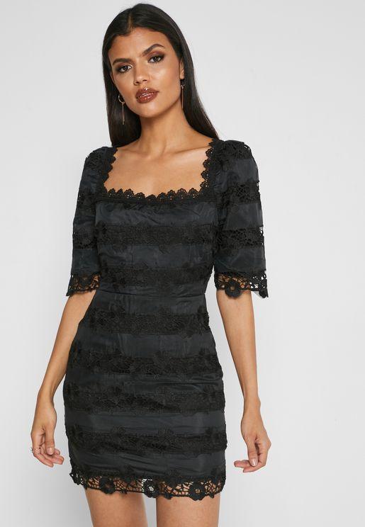 فستان بياقة مربعية مزين بتطريز