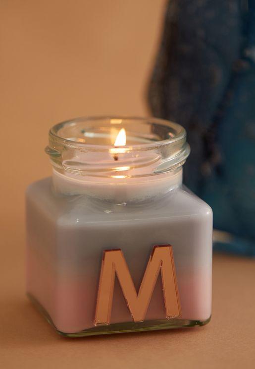 شمعة برائحة الفانيليا واليلانغ يلانغ ومزينة بحرف M