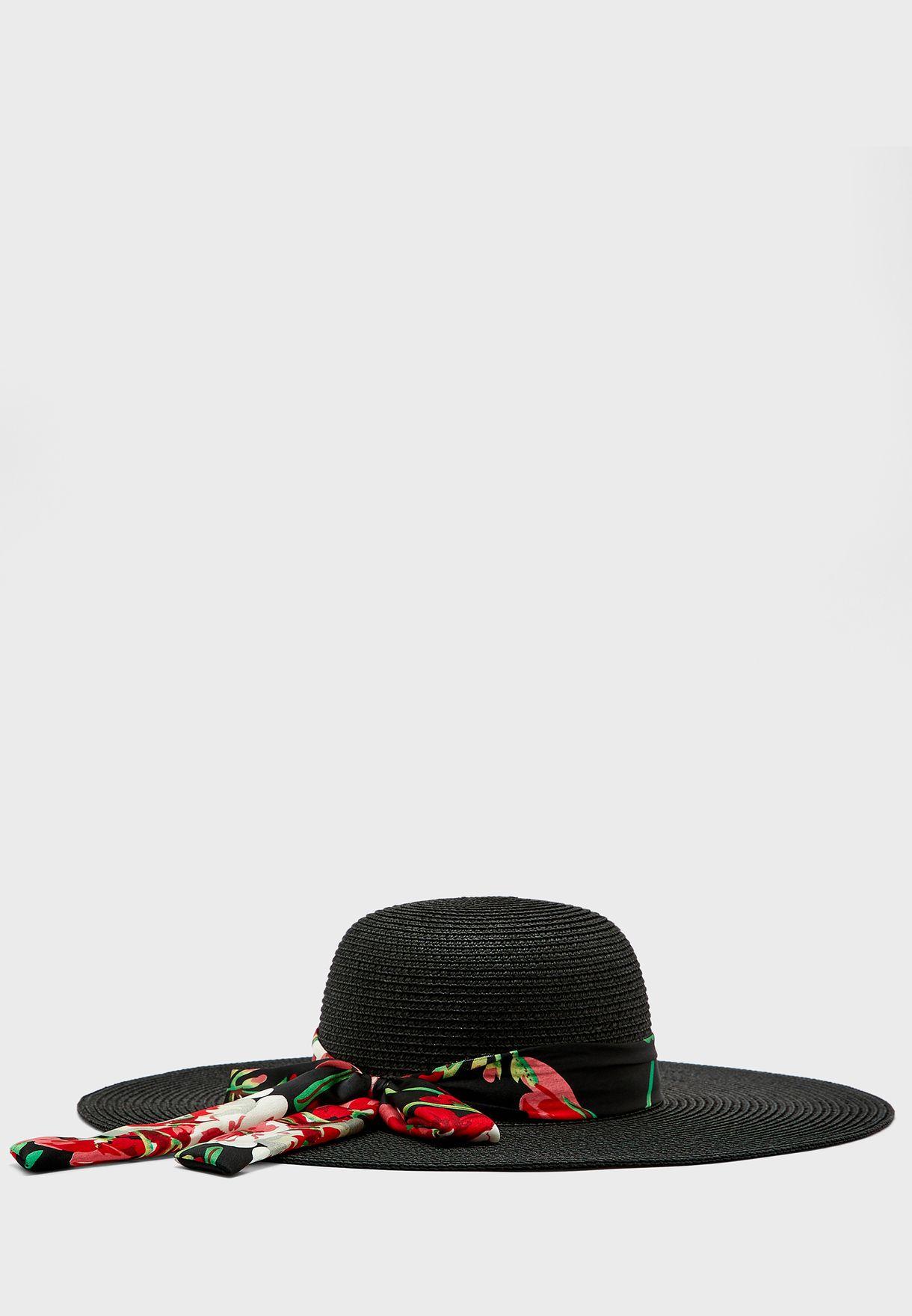 قبعة مزينة بوشاح