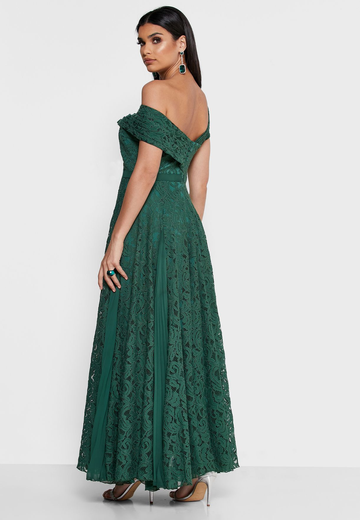 فستان دانتيل بياقة غير منتظمة الشكل