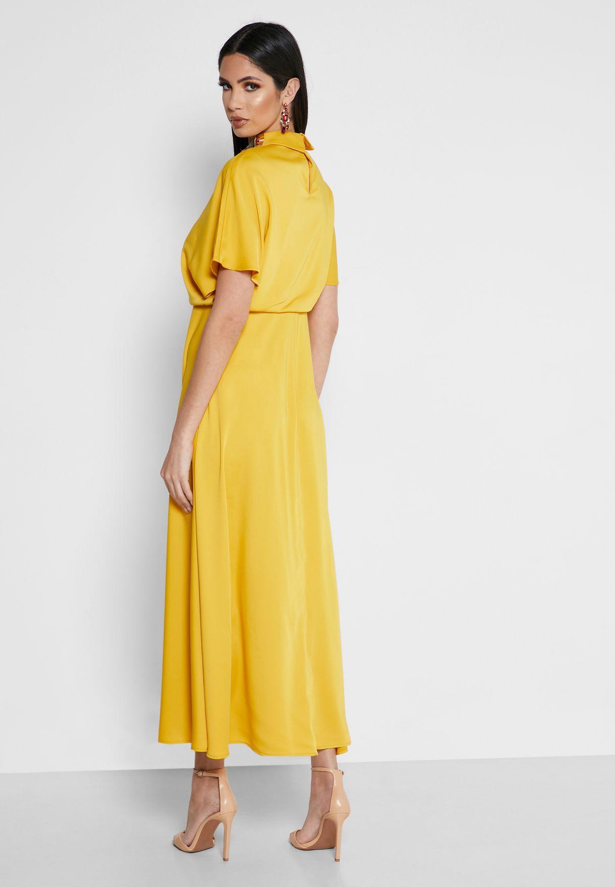 فستان بياقة عالية ومزين بالترتر
