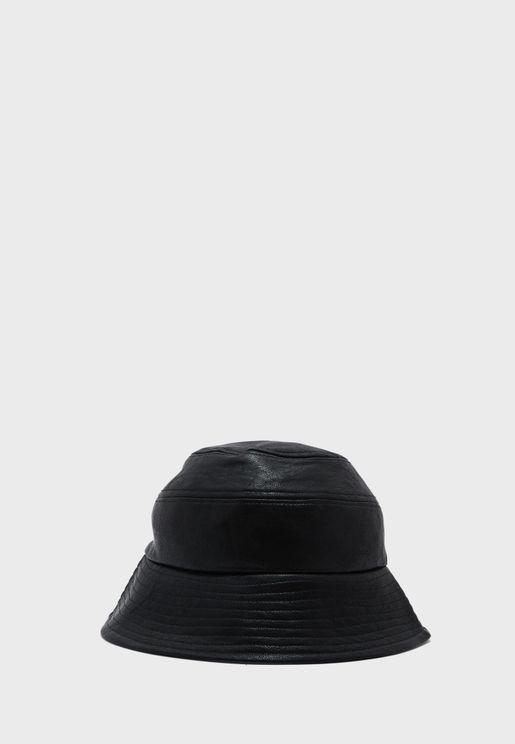 قبعة بحافة مدروزة