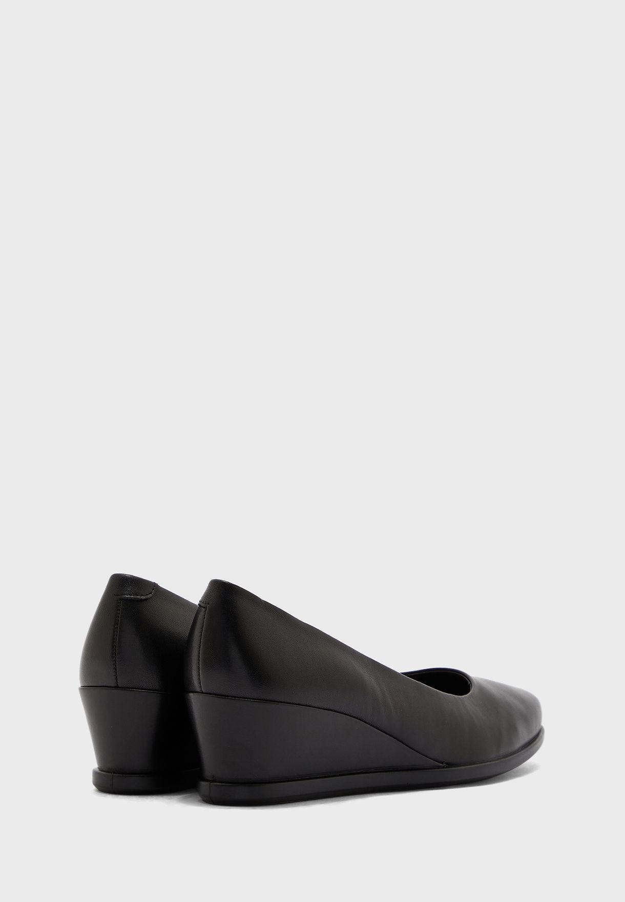 حذاء بكعب عالي ويدج مع أصابع مدببة