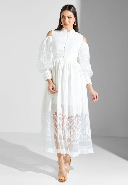 فستان مكشوف الاكتاف بطبعات