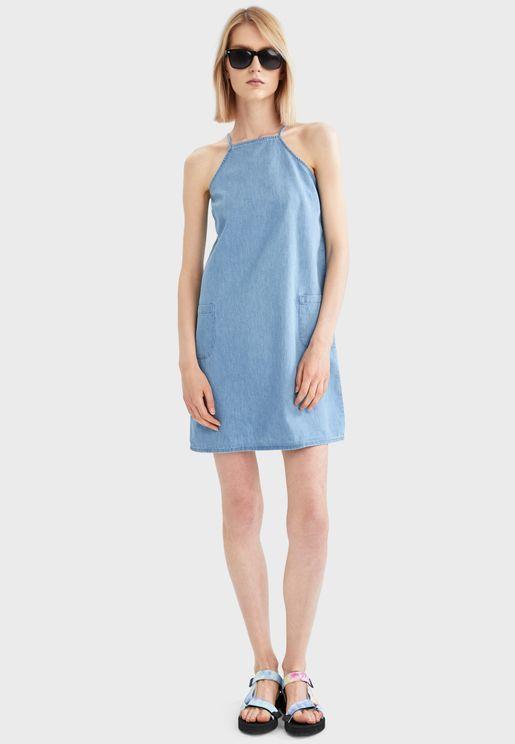 فستان بياقة مربعة وجيوب جانبية