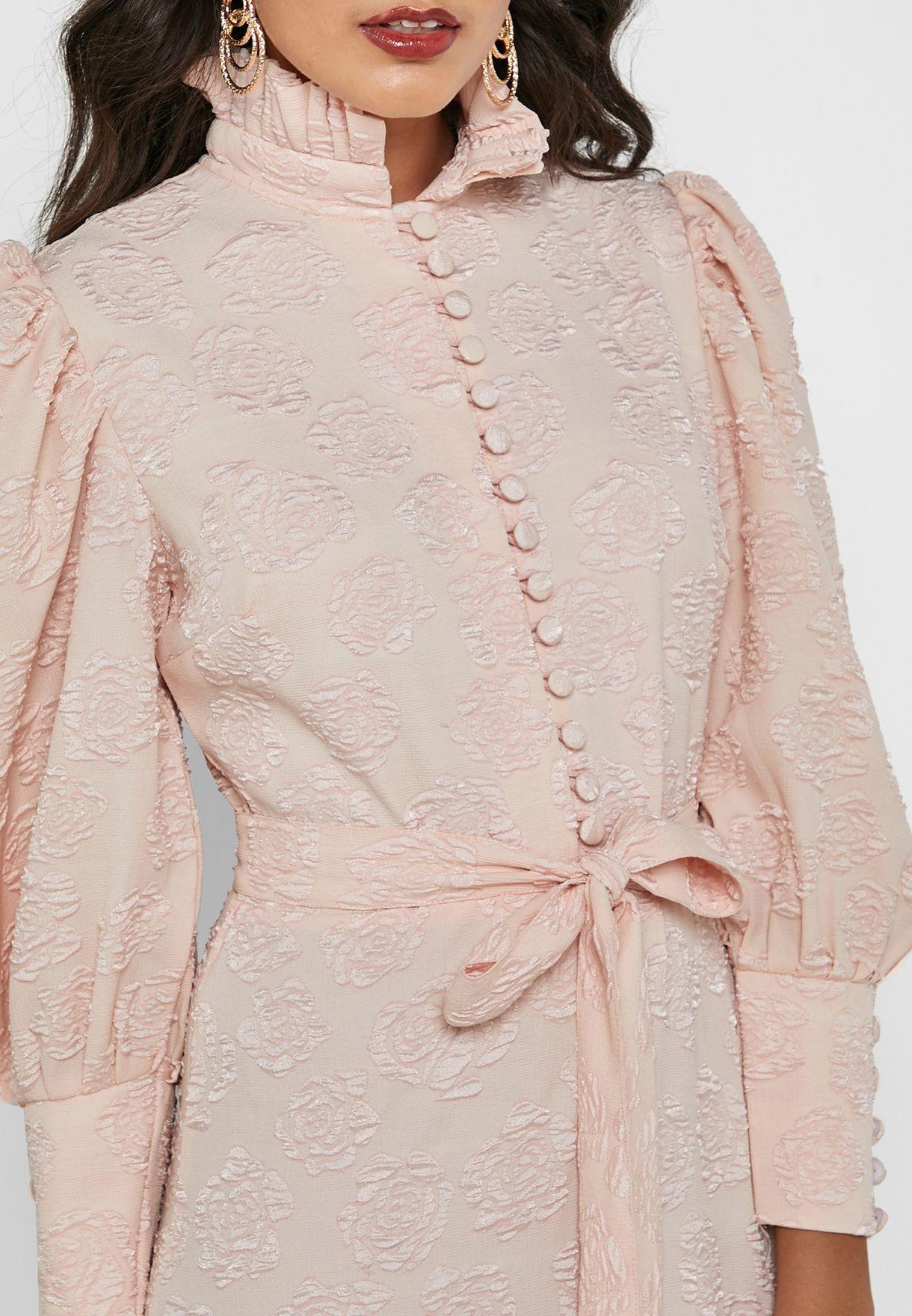 فستان بحواف بيبلوم متباينة في الطول