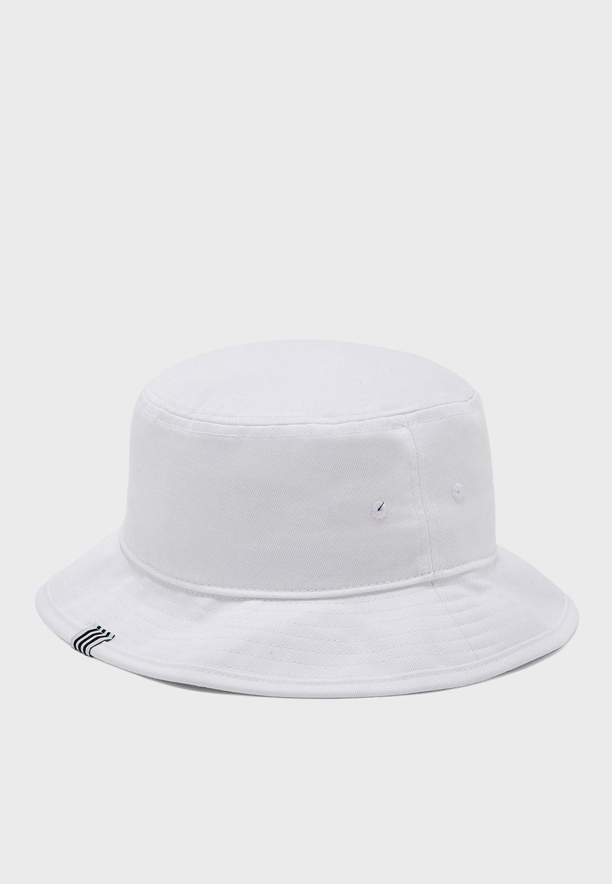 قبعة مزينة بشعار الماركة