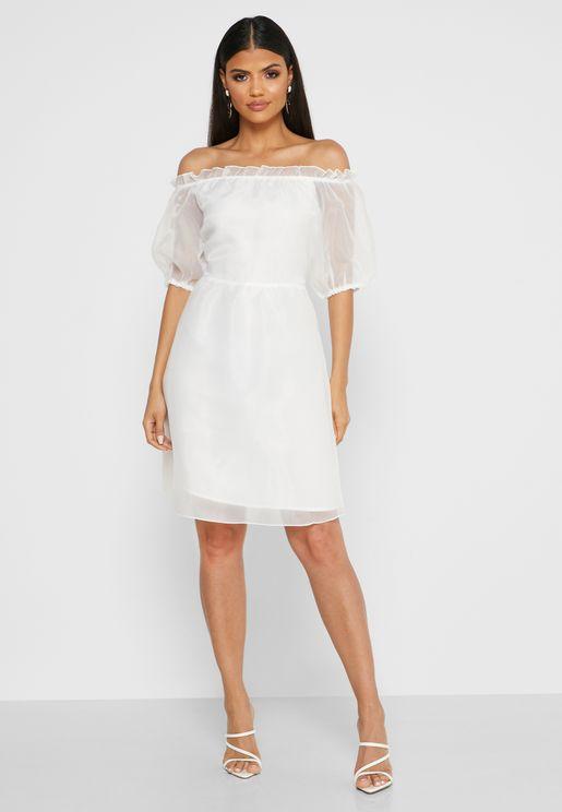 فستان بأكمام منفوشة تكشف الاكتاف