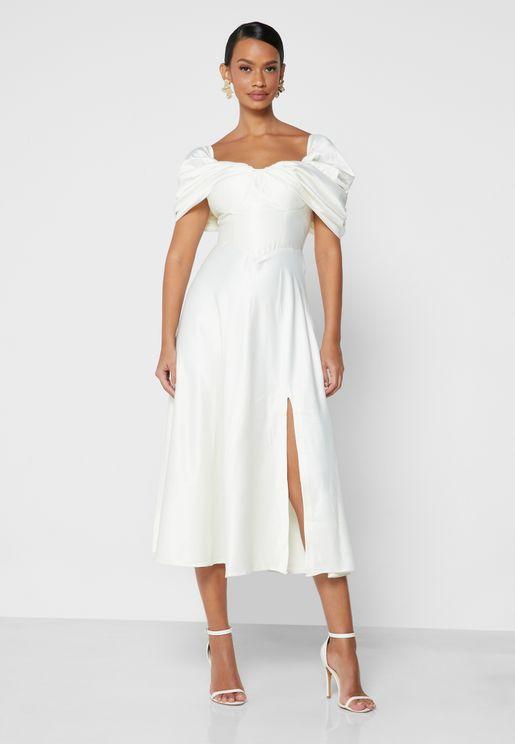 فستان بياقة قلب وشق عند الأطراف