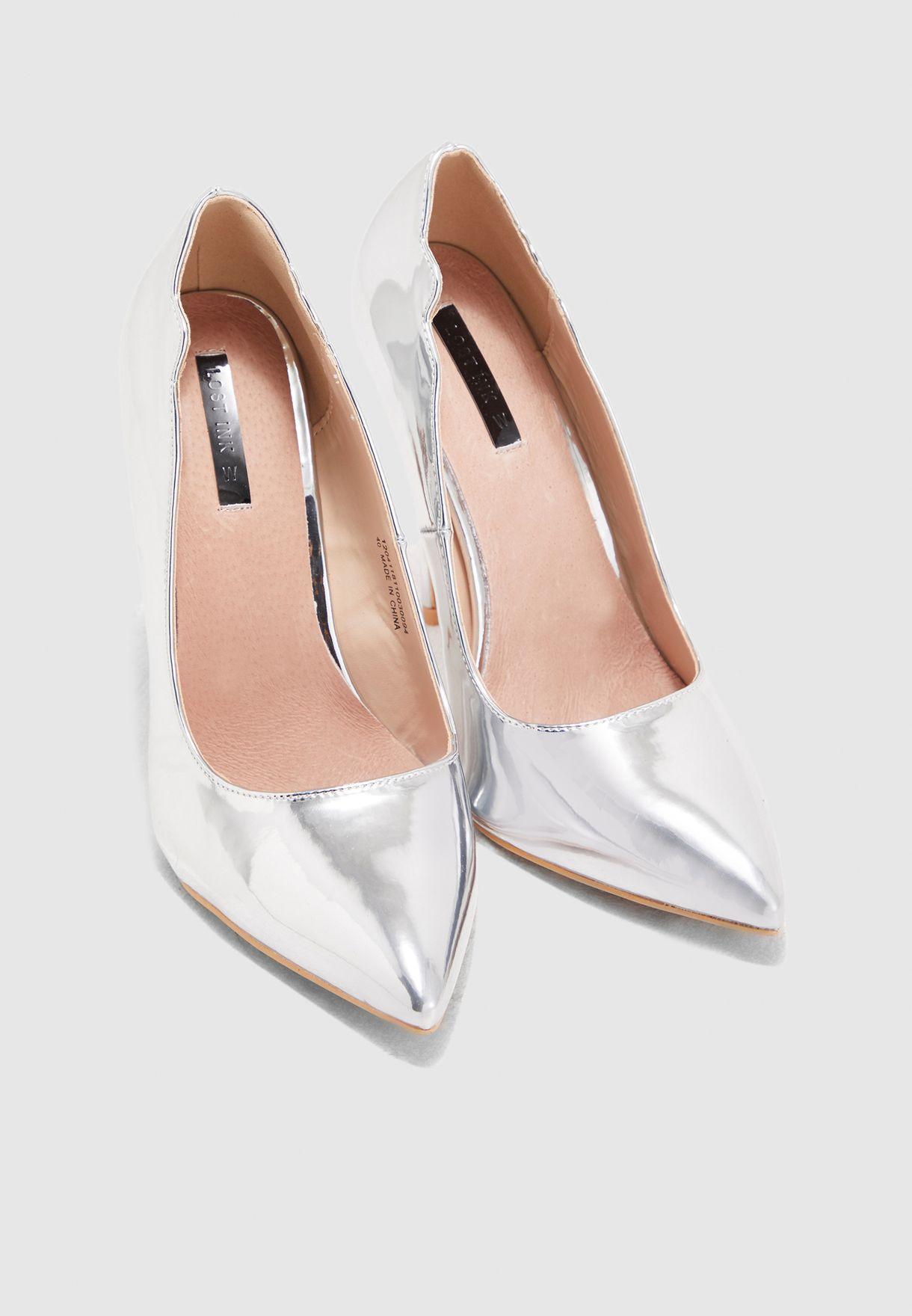 حذاء بقالب واسع