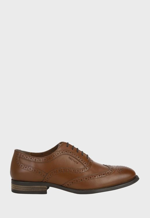 حذاء بمقدمة مدببة وفتحات