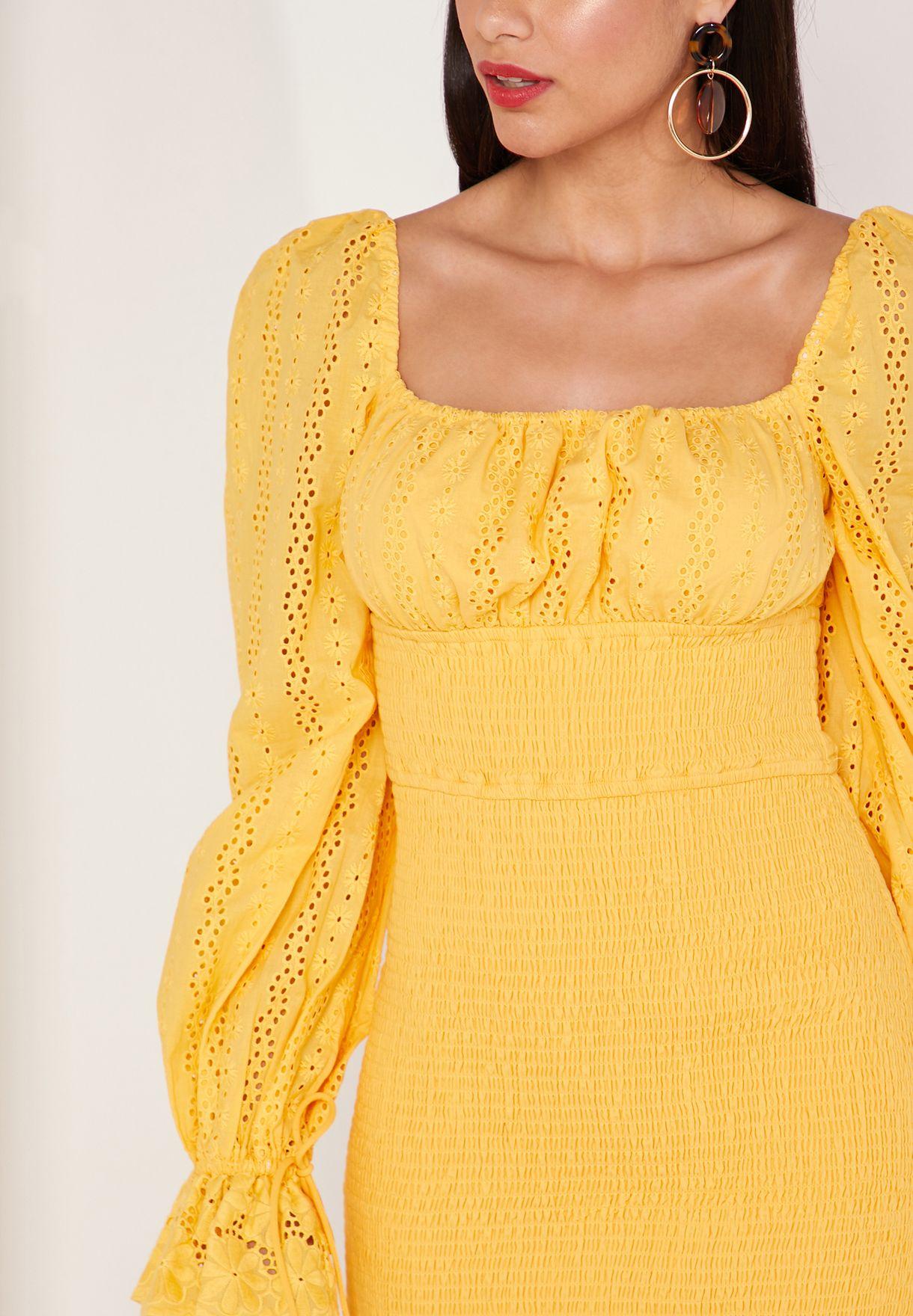 فستان قصير بياقة مربعة