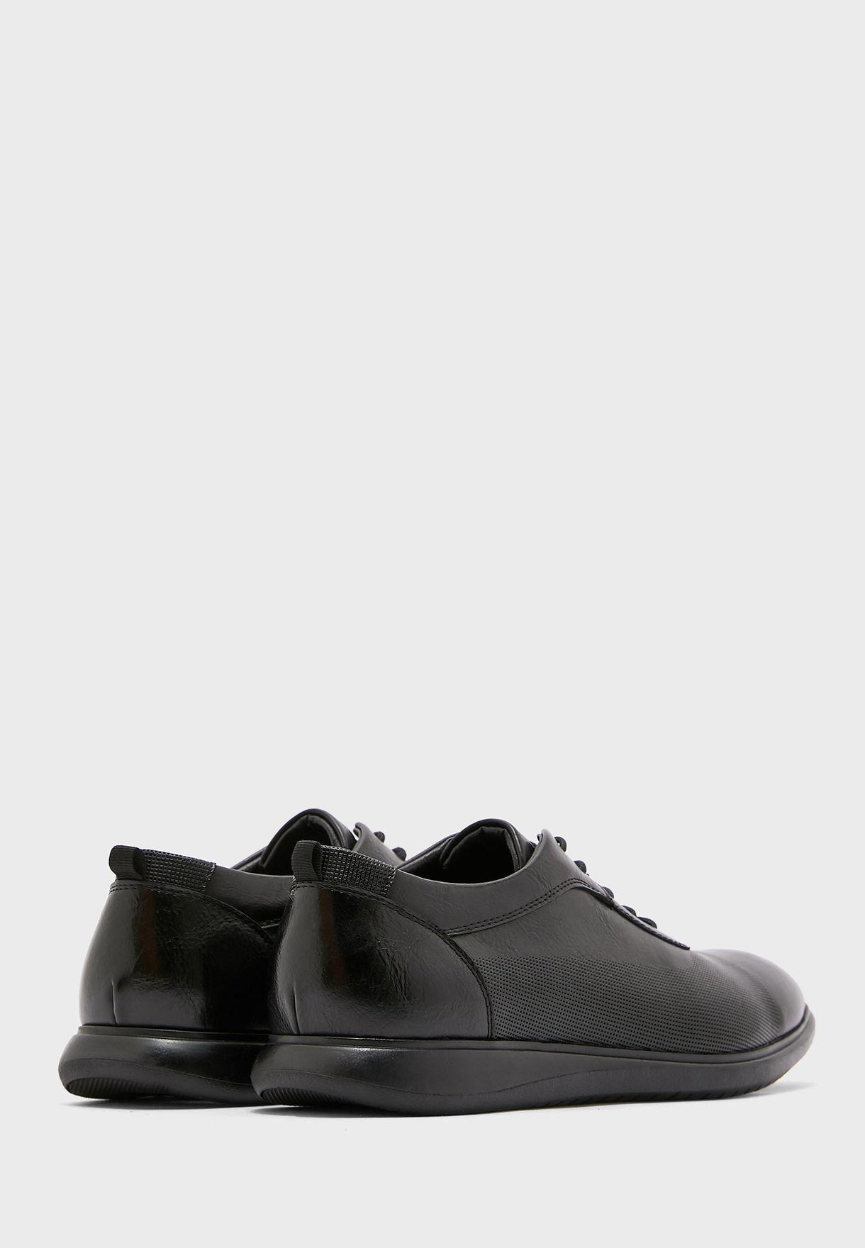 حذاء جلد بأربطة