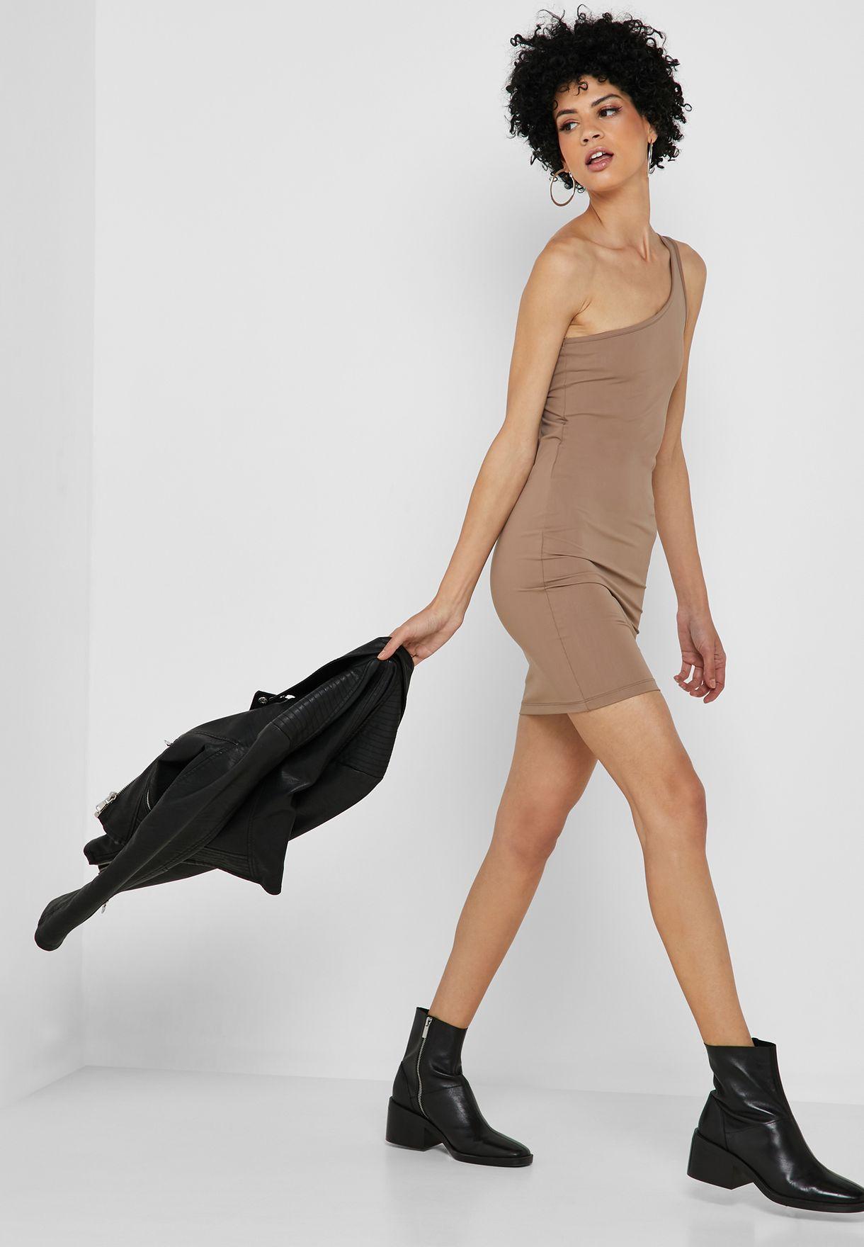 فستان بقصة ضيقة وكتف واحد