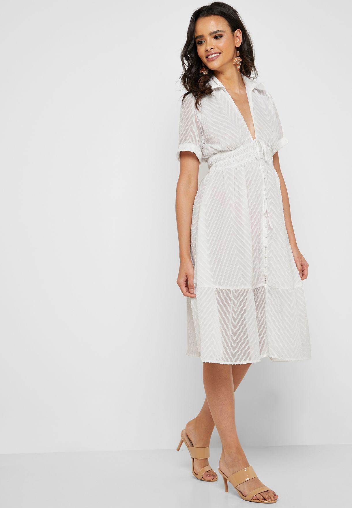 فستان شفاف بياقة عميقة