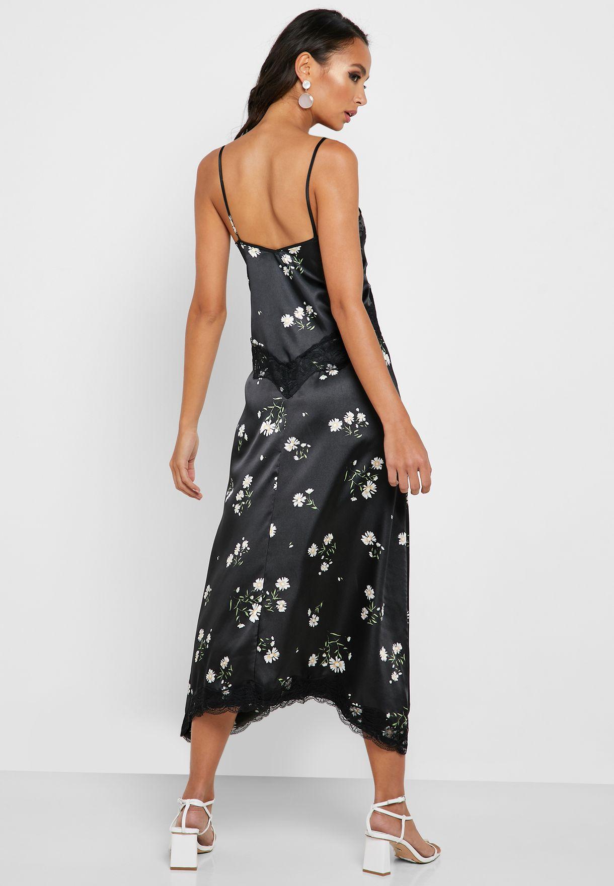 فستان بطبعات ازهار وحواف دانتيل